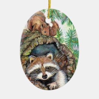 Racoon dans le trou d'arbre avec l'écureuil ornement ovale en céramique