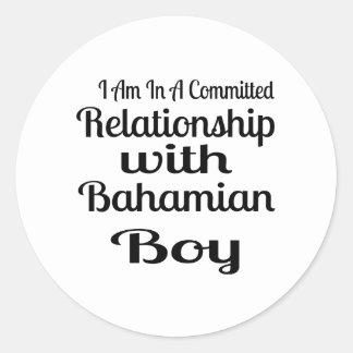 Rapport avec le garçon bahamien sticker rond