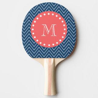 Raquette De Ping Pong Monogramme de corail du motif | de Chevron de bleu