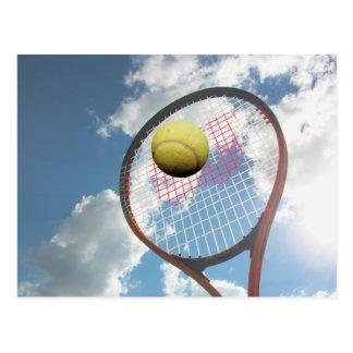 Raquette et boule de tennis dans la carte postale
