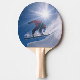 Raquette Tennis De Table Équipez sauter outre d'un grand cornince sur un