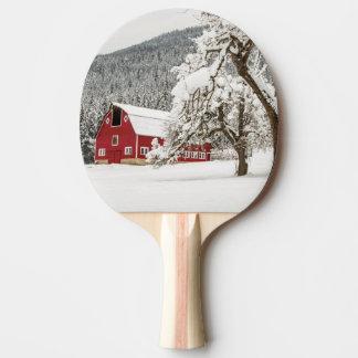 Raquette Tennis De Table Neige fraîche sur la grange rouge