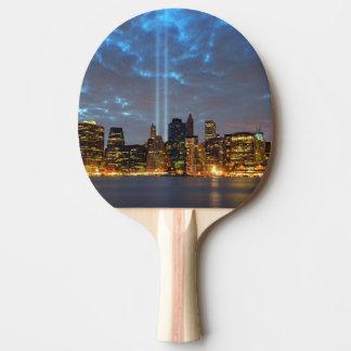 Raquette Tennis De Table Vue d'horizon de ville dans la nuit
