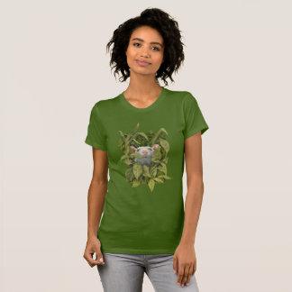 Rat regardant hors du T-shirt en bois de mauvaises