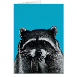 Raton laveur affamé sur le bleu carte de vœux
