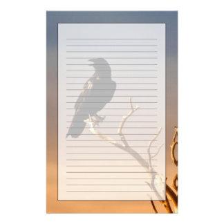 Raven sur les branches d'arbre ensoleillées, canyo papiers à lettres