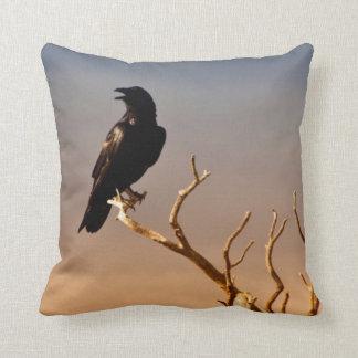 Raven sur les branches d'arbre ensoleillées, coussin