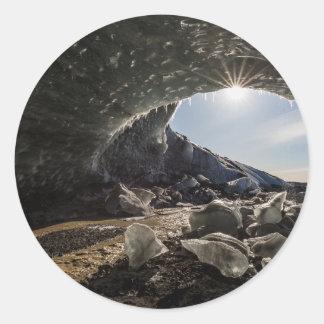 Rayon de soleil à l'entrée de caverne de glace sticker rond