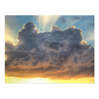 Rayons de coucher du soleil de lumière par les carte postale