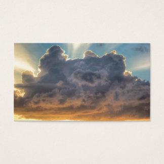 Rayons de coucher du soleil de lumière par les cartes de visite