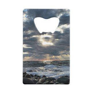 Rayons de soleil sur un rivage rocheux