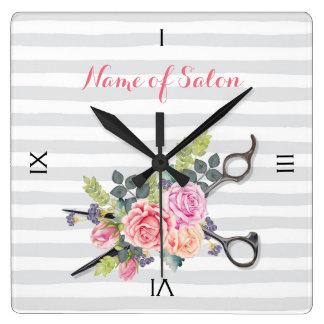 Rayures argentées chics et roses de salon de horloge carrée