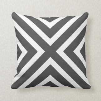 Rayures géométriques chics dans le gris et le oreiller