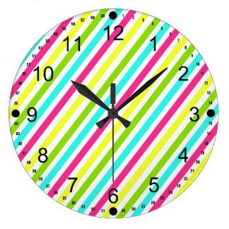 Rayures roses au néon géniales de jaune de vert grande horloge ronde