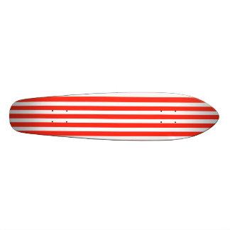 Rayures rouges et blanches de cirque de cabane plateaux de planche à roulettes