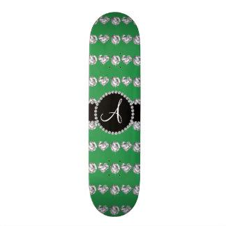 Rayures vertes de coeurs de diamant de monogramme planches à roulettes customisées