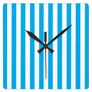 Rayures verticales bleues horloge carrée