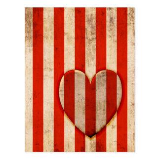 Rayures vintages de rouge de coeur carte postale