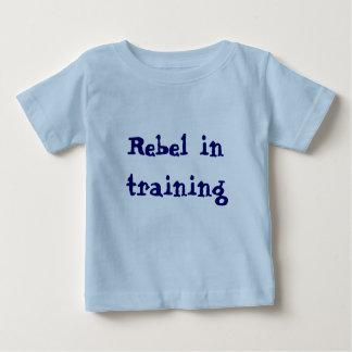 Rebelle dans le T-shirt de formation