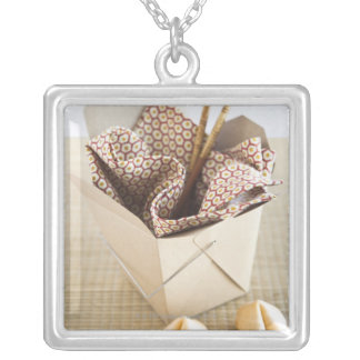 Récipient et biscuits de fortune à emporter pendentif carré