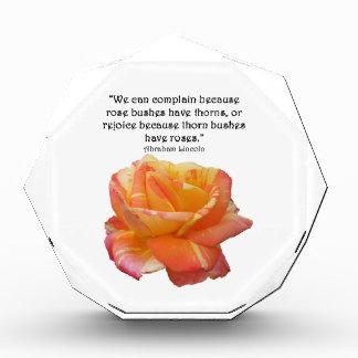 Récompense Citation rose variée par jaune rouge et d'épine