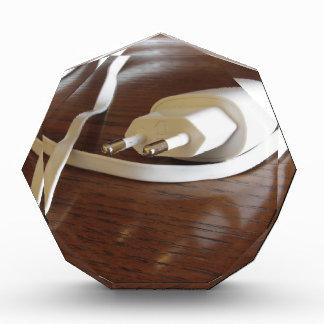 Récompenses En Acrylique Chargeur blanc de smartphone sur la table en bois