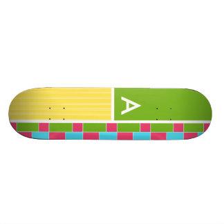 Rectangles roses, bleus, verts, et jaunes planches à roulettes customisées