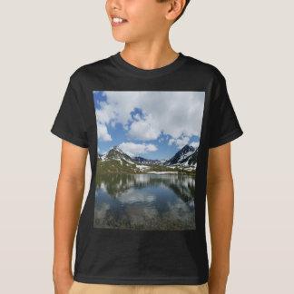 Réflexion de ciel et de nuages dans le lac de t-shirt