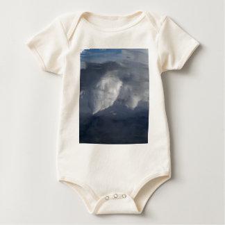 Réflexion des nuages sur l'eau body