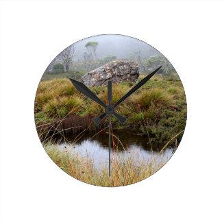 Réflexions brumeuses de matin, Tasmanie, Australie Horloge Ronde