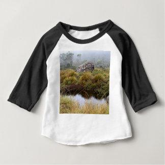 Réflexions brumeuses de matin, Tasmanie, Australie T-shirt Pour Bébé