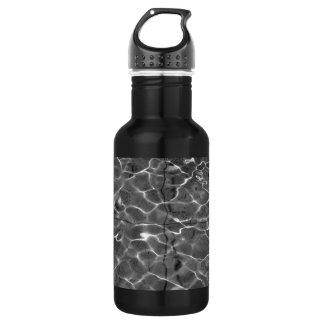 Réflexions de la lumière sur l'eau : Noir et blanc Bouteille D'eau