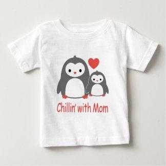 refroidissant avec la maman, bandes dessinées t-shirt pour bébé