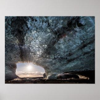 Regard d'une caverne de glace, l'Islande Poster