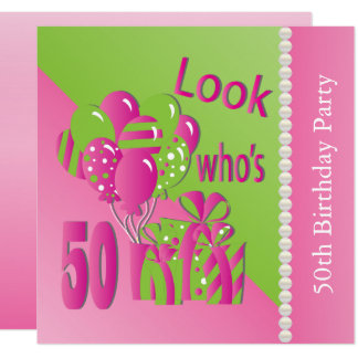 Regardez qui est 50 dans le rose - la cinquantième carton d'invitation  13,33 cm