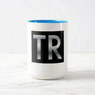 Règnes de Tom buvant la tasse