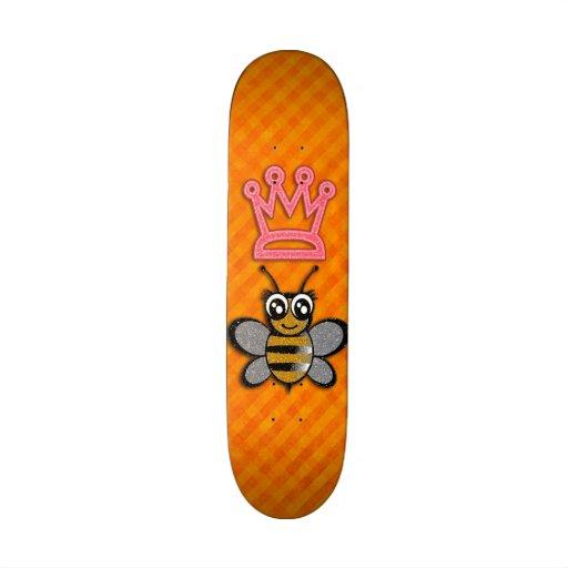 Reine des abeilles de scintillement sur l'arrière  planches à roulettes