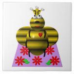 Reine des abeilles mignonne sur un édredon carreaux en céramique