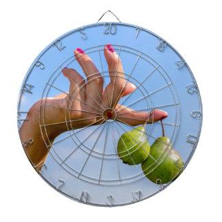 Remettez tenir deux poires vertes accrochantes en jeux de fléchettes