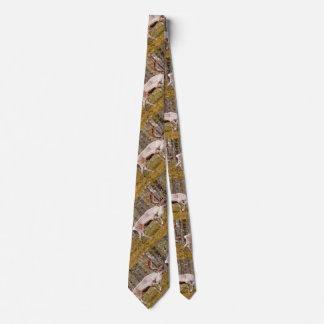 Renne marchant dans la forêt cravate