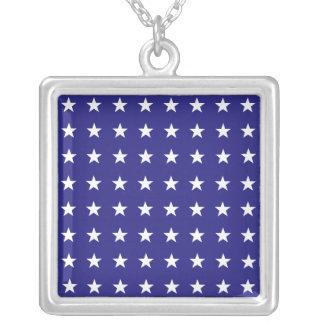 Répétition des étoiles de blanc sur le motif bleu collier