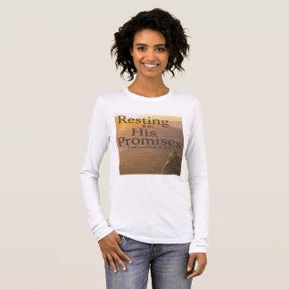 Repos sur son long T-shirt de douille de promesses
