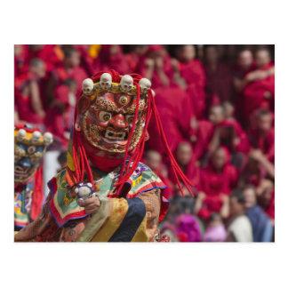 Représentation de danse de masque au festival 3 de carte postale