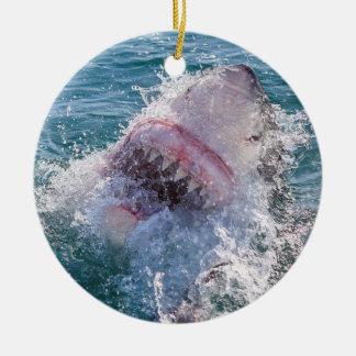 Requin dans l'eau ornement rond en céramique