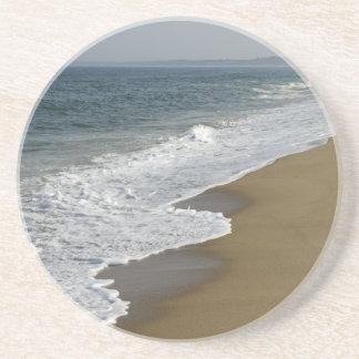 Ressacs sur la plage dessous de verre en grès