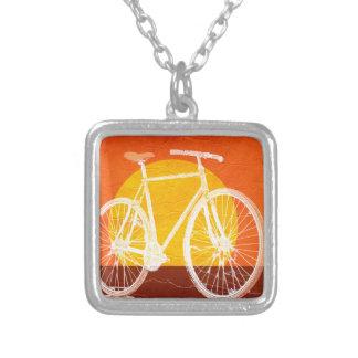Rétro bicyclette de coucher du soleil - montez un pendentif carré