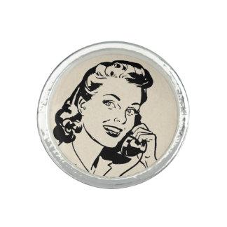 Rétro femme au foyer drôle au téléphone vintage bague