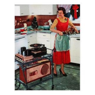 rétro femme au foyer vintage des années 1950 dans carte postale