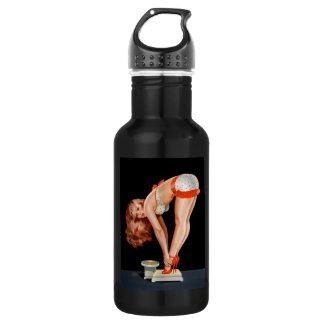 Rétro fille de pin-up drôle sur une échelle de bouteille d'eau en acier inoxydable