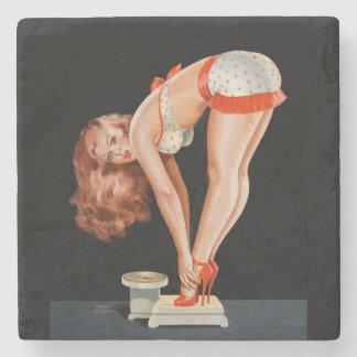 Rétro fille de pin-up drôle sur une échelle de dessous-de-verre en pierre